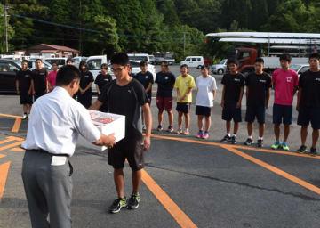 豚肉を贈り、選手たちを激励したボート競技県選抜チーム強化合宿の歓迎式
