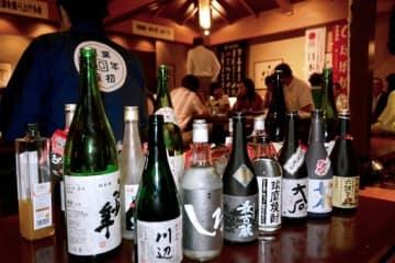 球磨焼酎と県産日本酒がずらりと並んだ「熊本県産酒を盛り上げる会」=7日、福岡市