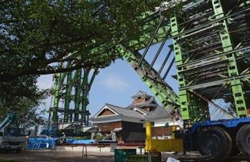 巨大な鉄骨による倒壊防止の緊急工事が進む熊本城の飯田丸五階櫓=21日午前、熊本市(横井誠)