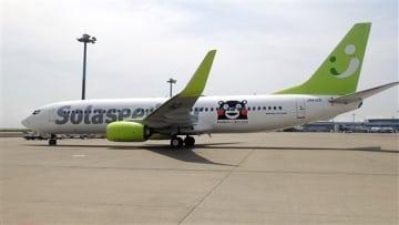 26日から運航するソラシドエアの「がんばるけん!くまモンGO」の機体(ソラシドエア提供)