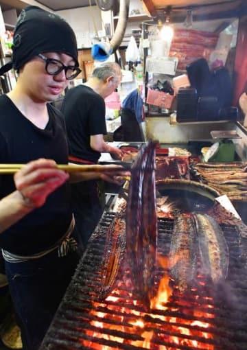 開店と同時に客が入り、次々と焼かれるウナギのかば焼き=30日午前、宮崎市和知川原1丁目のうなぎ一力本舗