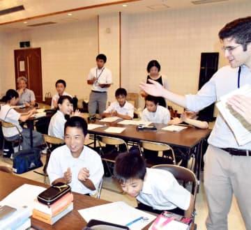 笑顔で互いの発表に耳を傾け、拍手を送り合う生徒ら