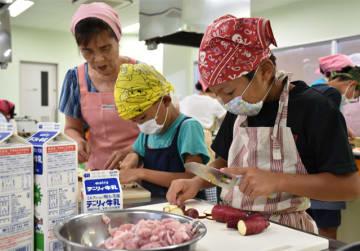 串間市で開かれた学童料理教室で料理に挑戦する児童