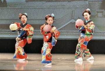再開した特別舞台「熊本城絵巻」で、華やかな踊りを披露する「花童」の少女たち=熊本市中央区