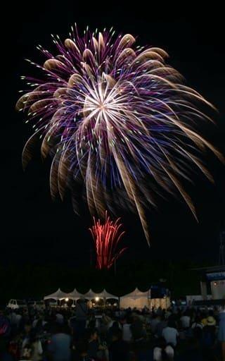 「かしま水の郷まつり」で緑川河川敷から打ち上げられた花火=嘉島町