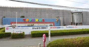 9月1日の部分再開に向けて補修工事が進む「ゆめタウンサンピアン」=9日、熊本市