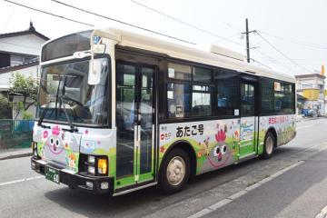 大崩山の妖精「オークエさん」が登場したまちなか循環バス外回り線「あたご号」