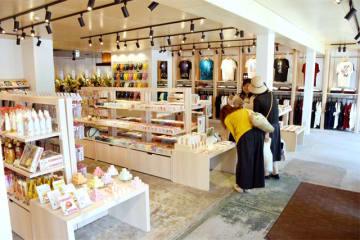 和雑貨を扱う「三ツ和商店」。奥にカフェ、八丁坂商店が続く