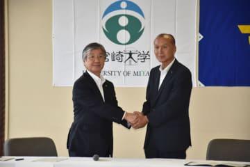 包括的連携協定を結び、握手を交わす宮崎大の池ノ上学長(左)と西都市の橋田市長