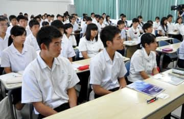 教師のやりがいや教育の重要性について学んだ生徒ら=10日午後、宮崎市・宮崎南高