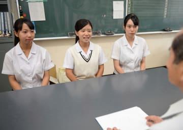高校生の採用活動が解禁され、間近に迫った選考に向けて学校で最後の面接指導に臨む宮崎商業高の生徒ら=16日午後、宮崎市