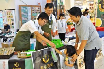 購入した「釜王」の茶葉を受け取る買い物客=17日午前、宮崎市・イオンモール宮崎