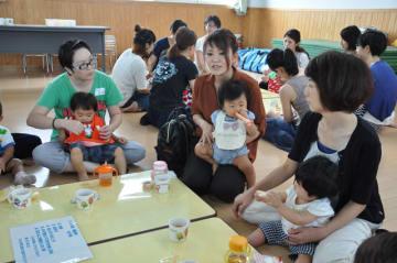 0~1歳児対象の無料子育て応援事業に参加する親子ら