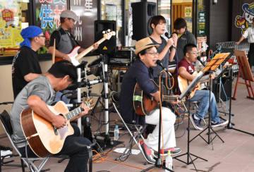 道の駅「つの」のイメージソングを歌う黒木さん(左から2人目)ら「音友舎」のメンバー