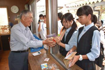 昼休みに最後の売店に立つ井上さん(左)。高校生一人一人に「ありがとう」と声を掛けていた