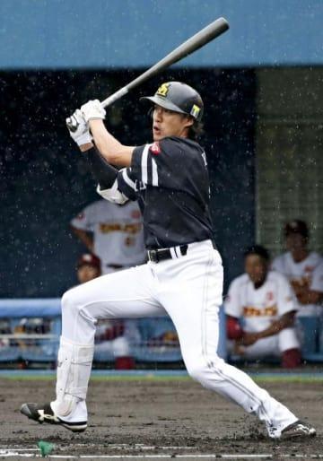 「みやざきフェニックス・リーグ」の楽天戦で約1カ月ぶりの実戦に臨み安打を放つソフトバンクの柳田外野手=3日、アイビースタジアム