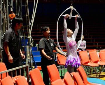 開幕に向けて、演目ごとに綿密な確認をしながら行われたリハーサル=7日午後、宮崎市のイオンモール宮崎特設会場