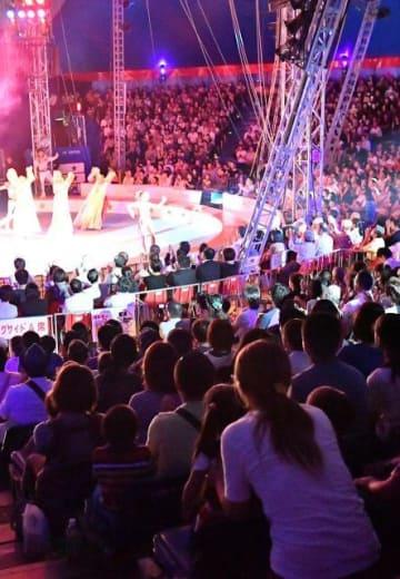 初日から満席となった木下大サーカス宮崎公演。夢の舞台を多くの来場者が楽しんだ=8日午後、宮崎市のイオンモール宮崎特設会場