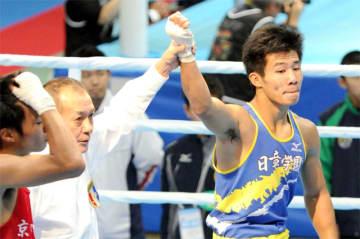 ボクシング少年男子ライト級で2連覇し、史上最多タイの高校6冠を達成した日章学園高の斎藤麗王(右)=奥州市水沢体育館