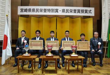 賞状を手にする羽賀選手、井上氏、松田氏、久世コーチ(左から)=13日午前、県庁