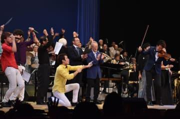 フィナーレで観客と一緒になって「明日があるさ」を熱唱する出演者ら