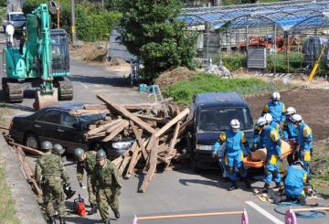 南海トラフ巨大地震を想定し、救助やルート確保などを行った広域実動派遣訓練=2日午前、宮崎市熊野