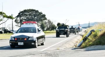 パトカーの先導で訓練場へ向かう自衛隊車両