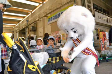 子どもたちと触れ合うファラオ君=5日午前、宮崎市中央卸売市場