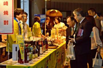 九州合同物産展で特産品を販売する本県関係者=17日午後、東京・大手町