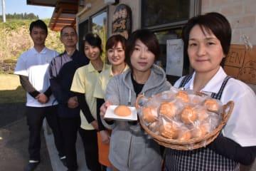 ご当地おやつランキング全国1位を目指す田尻陽子さん(右)ら「菓子工房そらいろ」のスタッフ