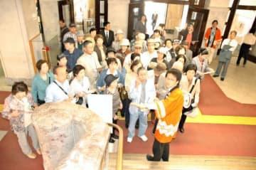 県職員の案内で県庁舎本館の大理石の階段を見学するツアー客ら。東国原英夫前知事のPRにより多くの客でにぎわった=2007年5月
