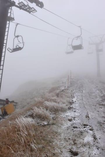 今シーズン初の雪が降った五ケ瀬ハイランドスキー場=24日午前、五ケ瀬町鞍岡