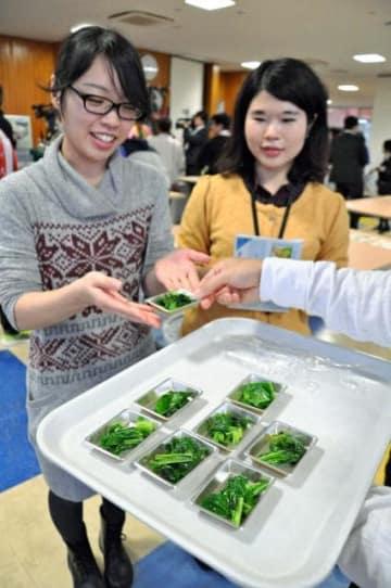 学生が県産食材を使って考案した料理がお披露目された「宮☆シュラン」=13日午後、宮崎大学生食堂