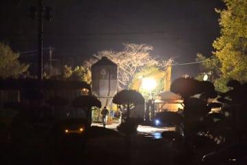 暗闇の中、重機の音が響く養鶏場=19日午後6時42分、川南町川南(防疫に配慮し、規制線の外側から撮影)