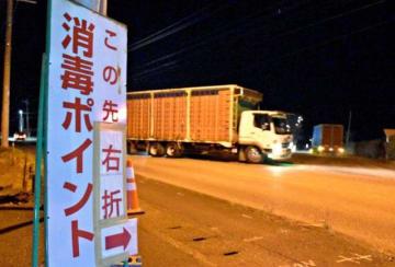 国道10号沿いに設置された消毒ポイントに入る関係車両=4日午後9時51分、都農町川北