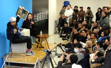 多くの来場者が訪れた寺田さん(手前)と高橋さん(奥)のギャラリートーク=14日午後、宮崎市・みやざきアートセンター