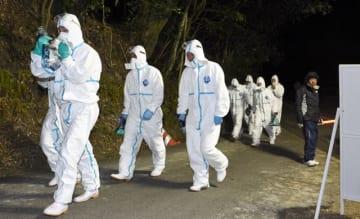 殺処分や埋却作業のため鳥インフルエンザ発生農場へ向かう関係者ら=25日午前0時20分、木城町高城