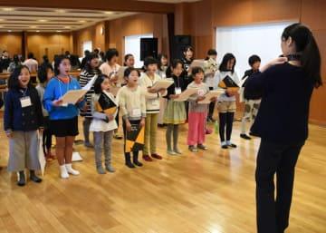 2月4日の公演本番に向け歌の練習を重ねる子どもたち