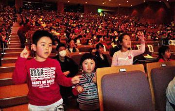 本郷中吹奏楽部の演奏に合わせてダンスを踊る子どもら=4日午後、宮崎市民文化ホール