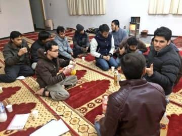 礼拝を終え、談笑するムスリム留学生ら=宮崎市・宮崎大学