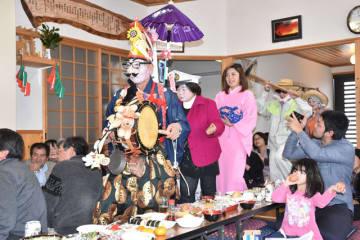 住民によるちんどん屋などの余興で盛り上がった黒板村感謝祭