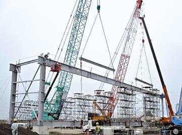 63メートルの大梁を2台のクローラークレーンで相吊りし上架