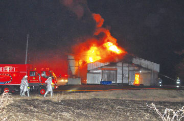 激しく炎が上がる養鶏場=16日午後7時20分ごろ、伊達市北稀府町