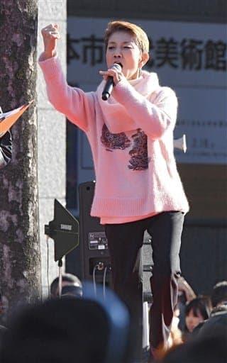 熊本城マラソンの出場者を激励する水前寺清子さん=19日午前、熊本市中央区(横井誠)