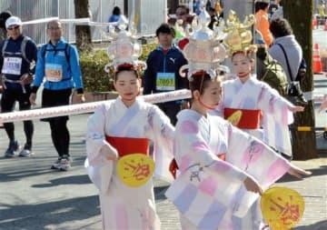沿道で優雅な舞を披露する山鹿灯籠踊り保存会=熊本市中央区の福田病院前