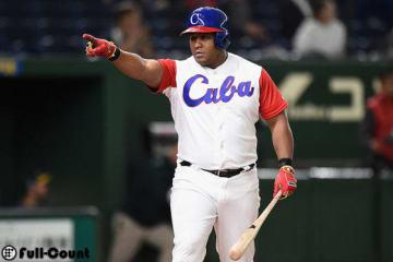 満塁本塁打を放ちベンチを指差すデスパイネ【写真:Getty Images】