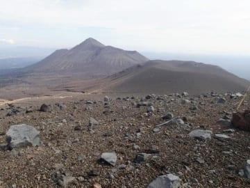新燃岳火口南側から中岳に向かう方面は、大量の火山灰や噴石が堆積。登山道は消失し、道に迷う危険性がある=2月(県提供)