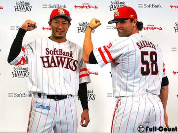 「鷹の祭典」専用ユニフォームを着る柳田悠岐(左)とデニス・サファテ 【写真:藤浦一都】