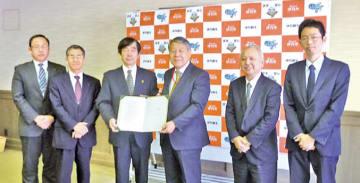 協定書を取り交わす小島学長(中央右)と藤原伊丹市長