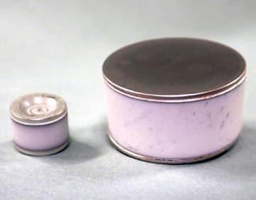 円筒型ガスアレスタ直径8ミリ(左)と直径20ミリ